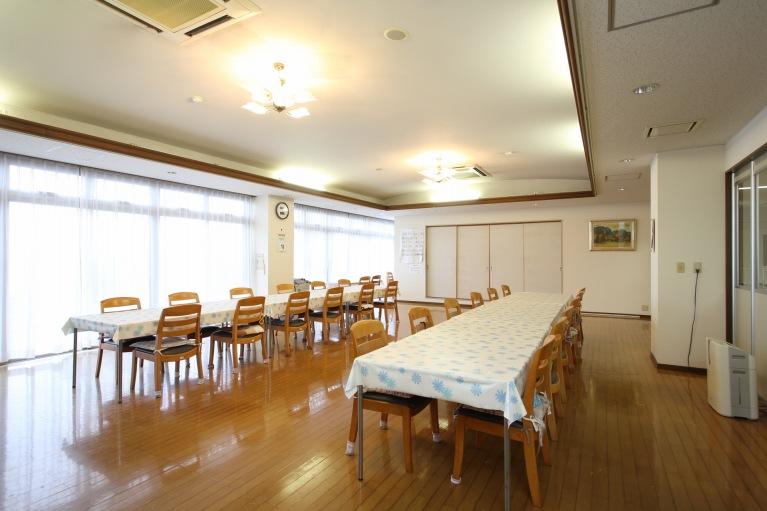 広々とした明るい食堂