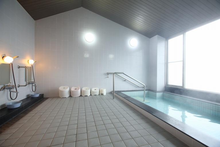 市街が展望できるラドン温泉の大浴場